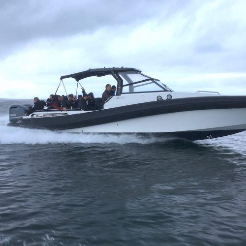 Båt i fart med passagerare kopia 1024x768